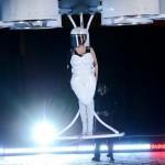 Лейди Гага полетя с първата в света летяща рокля
