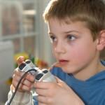 Дете играе на компютърна игра