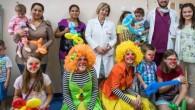 """Клоуни играят пред хоспитализирани деца в Националната кардиологична болница в София. Янита Кирова и Ива Лапатова, по-известни като медицинските клоуни д-р Куку и д-р Пипи ще представят своята постановка """"Коледни […]"""